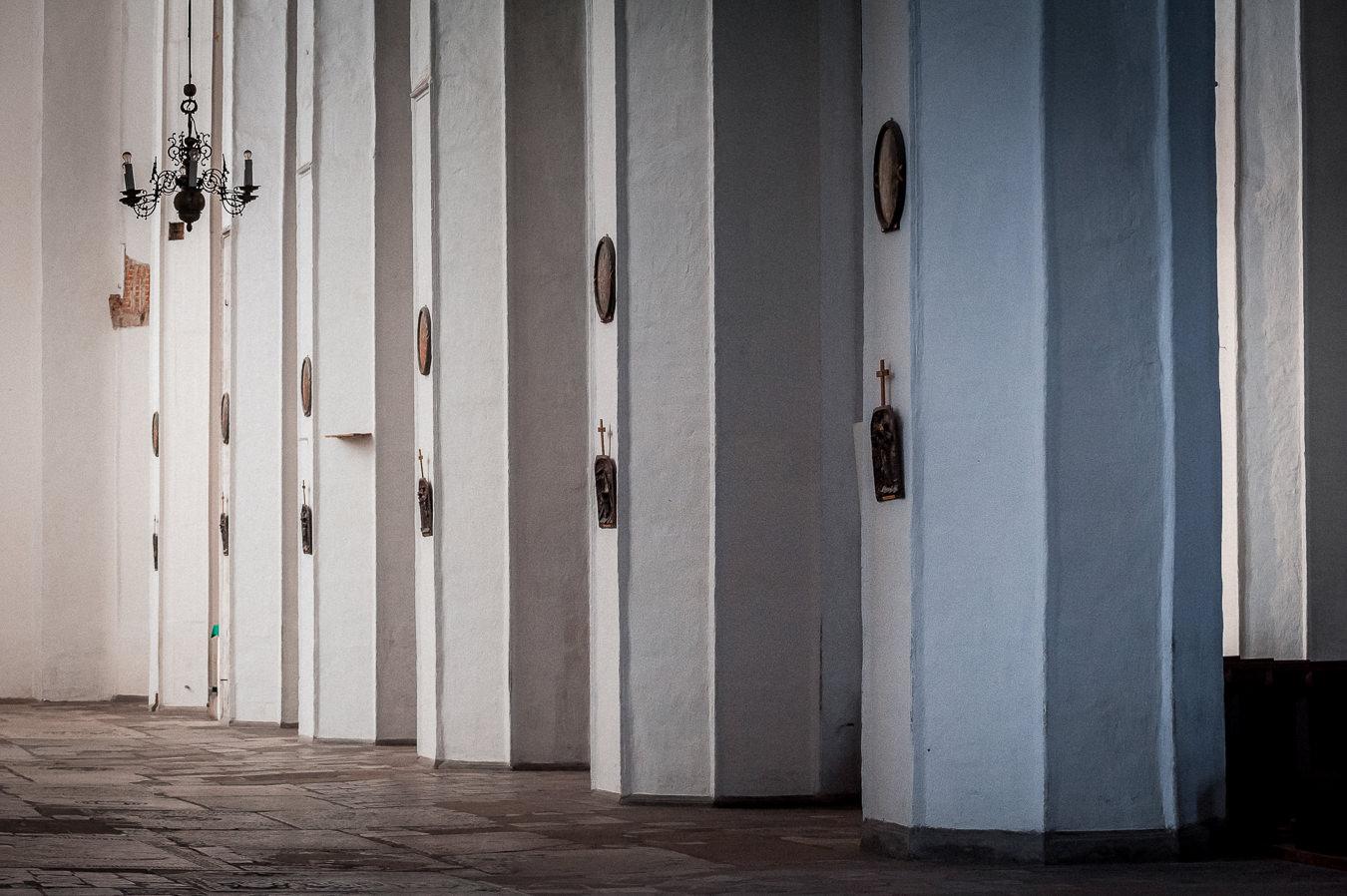 Rząd filarów w nawie głównej w kościele mariackim w Gdańsku