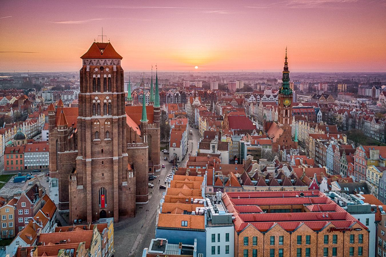 Gdańsk - Główne Miasto o wschodzie słońca, widok na Kościół Wniebowzięcia Najświętszej Marii Panny i Wieżę Ratusza Głównego Miasta