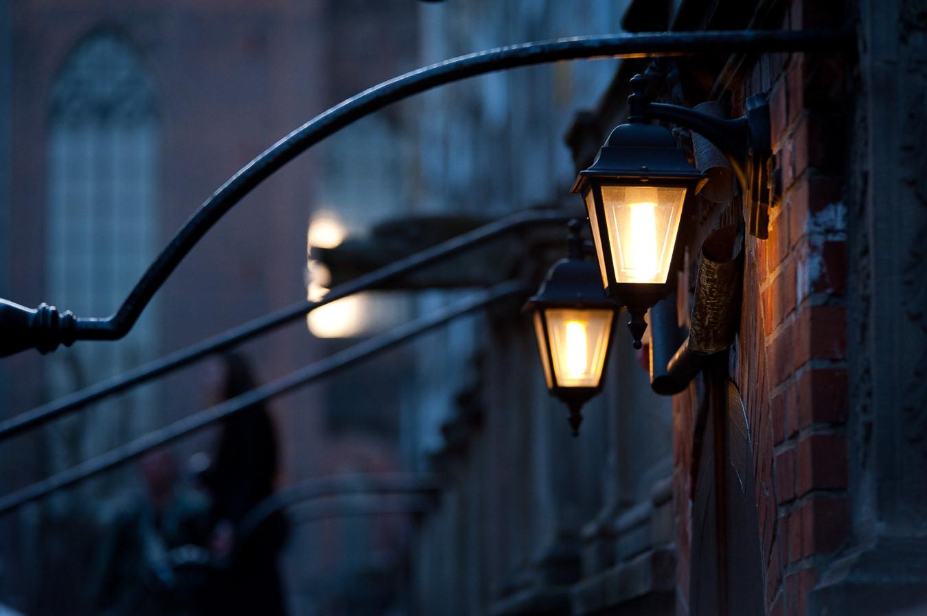 Nastrojowe oświetlenie na przedprożu kamienicy przy ulicy Mariackiej w Gdańsku