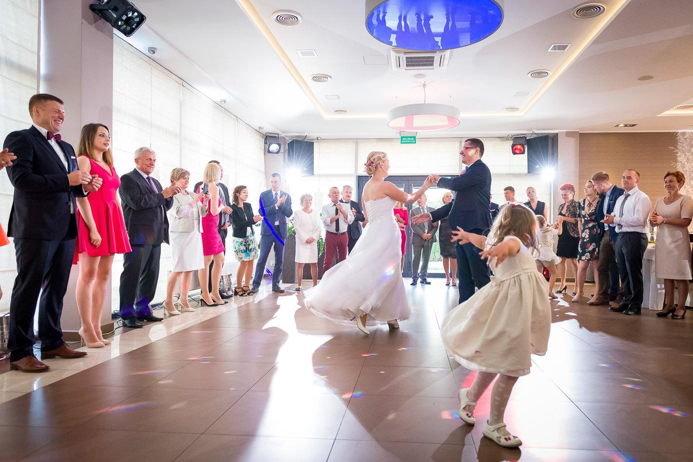 Piosenki na pierwszy taniec para młoda tańczy w kręgu rodziny i znajomych