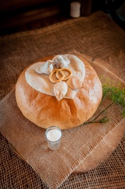 bochenek chleba i sól oczekująca na powitanie nowożeńców