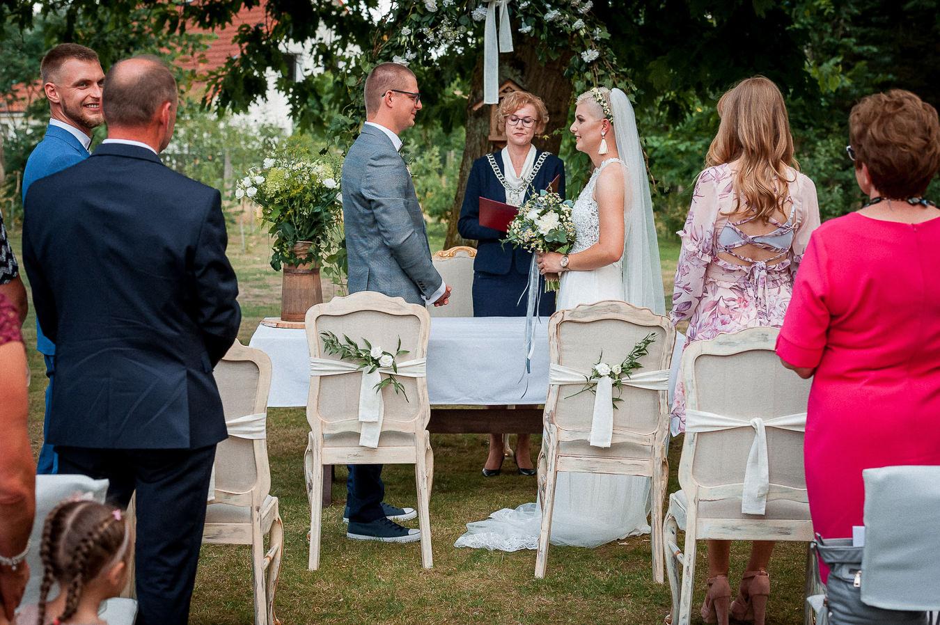 sakramentalne tak na plenerowym ślubie w ogrodzie
