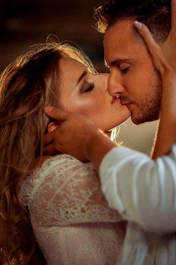 całująca się para młoda fotograf-weselny-Kościerzyna-fotografia-ślubna-Kościerzyna-sesja-ślubna-Kościerzyna