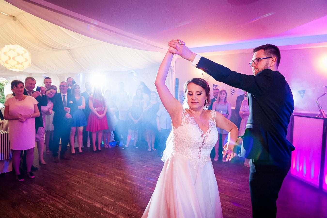 krój sukni jest równie ważny jak utwory do pierwszego tańca