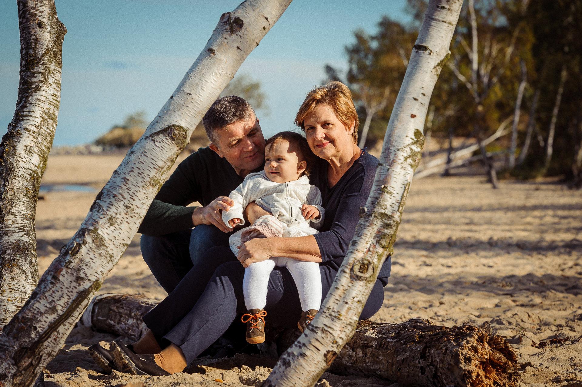 Sesja wielopokoleniowa z Babcią i Dziadkiem jesienna sesja rodzinna w plenerze
